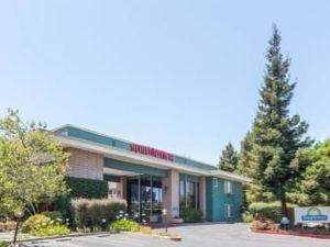 森尼維耳市套房戴斯酒店(Days Inn & Suites Sunnyvale)