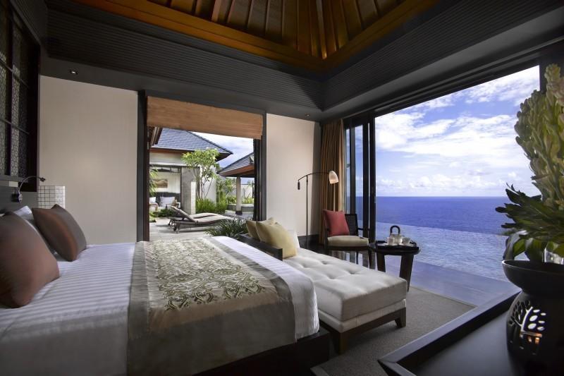 [酒店信息] 在巴厘島斷崖廟不遠處的高崖之上,有一個聞名遐邇的酒店,這就是烏干沙悅榕莊酒店。酒店內所有別墅都有優美的景致,在高崖之上遠眺印度洋,別有一番情趣。在美麗的自然風光里,好好放松疲憊的身心,烏干沙悅榕莊酒店的確是個很好的選擇。在美景的映襯之下,完美融合了現代設計理念和巴厘島民俗風情的別墅將成為入住客人的心靈歸屬。每個別墅不但擁有大理石裝修的浴室,還有戶外淋浴、私人泳池、按摩池、躺椅、巴厘風情涼亭等等豪華裝修和設備。烏干沙悅榕莊酒店品牌就是舒適一流酒店的保證! 2009年開業,共有73間房,巴厘島悅