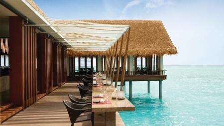 大陽臺風景如畫的戶外座椅 區和太陽床,外部淋浴陽光點心后,舒適,寬敞