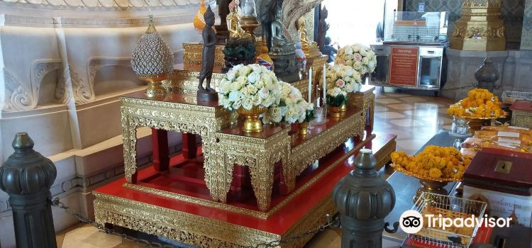 Standing Golden Buddha Temple1